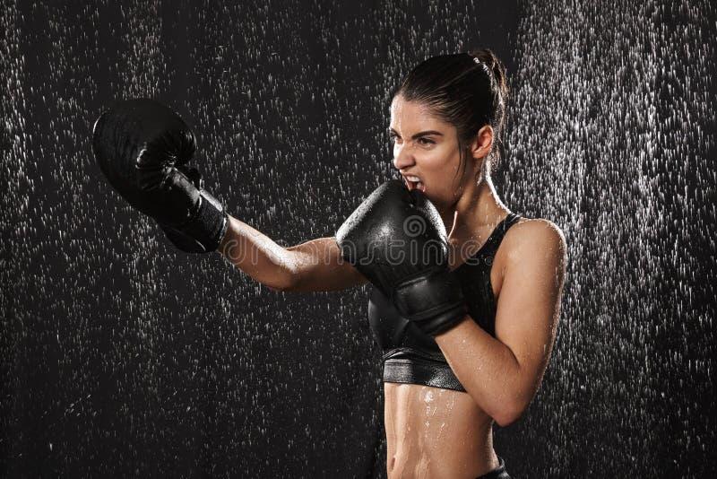 Kobiecy kobieta wojownik 20s w sportswear i czarnych bokserskich rękawiczkach obraz royalty free