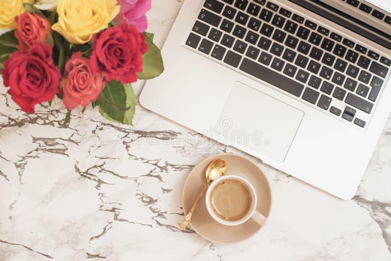 Kobiecy miejsca pracy pojęcie Freelance mody kobiecości wygodny workspace w mieszkanie nieatutowym stylu z laptopem, filiżanka, k obrazy stock