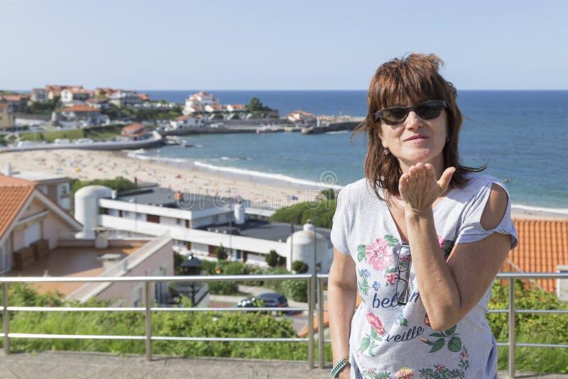 Kobiecy portret z plażą Comillas w tle, obraz royalty free