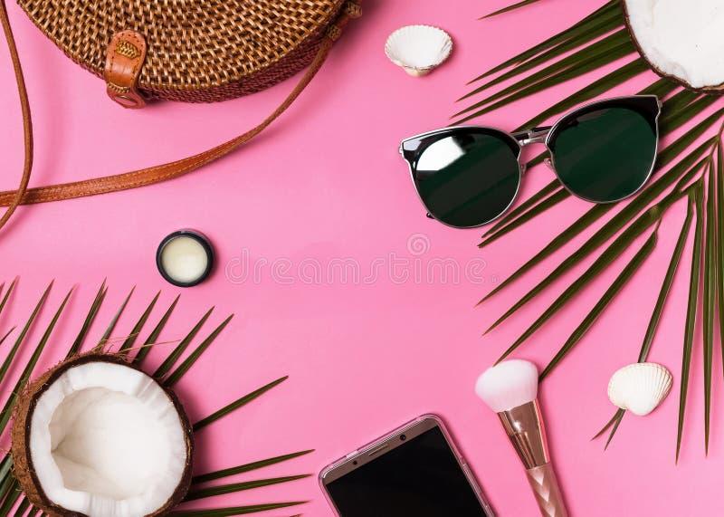 Kobiecy urlopowi akcesoria na różowym tle, odgórny widok fotografia stock