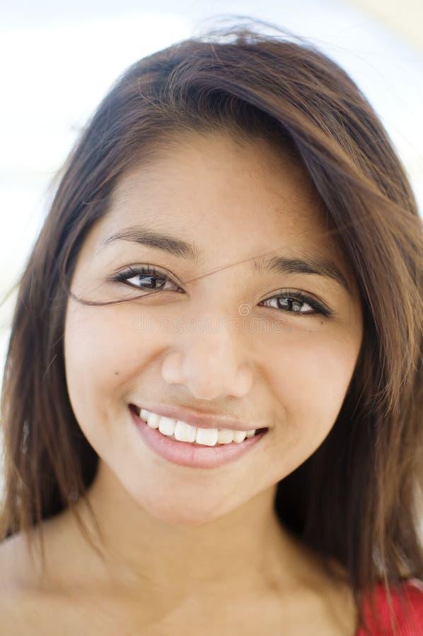 kobiet ładni uśmiechnięci potomstwa zdjęcie stock