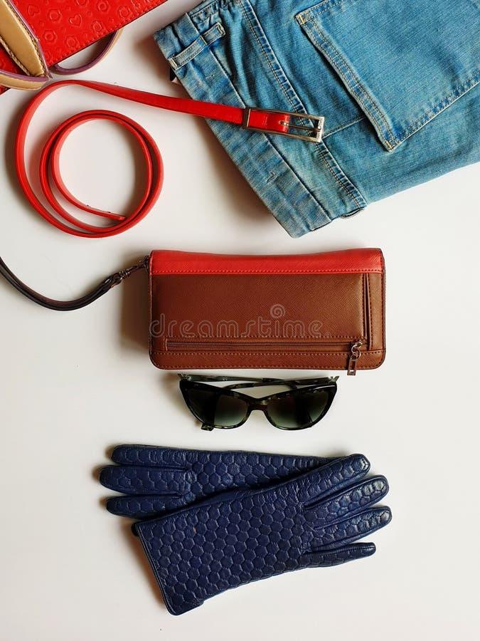 Kobiet akcesoriów Rzemiennych rękawiczek odzieżowi biali cajgi zielenieją czarnego sunglass kiesy czerwonego portfla bluzy i cajg zdjęcie stock