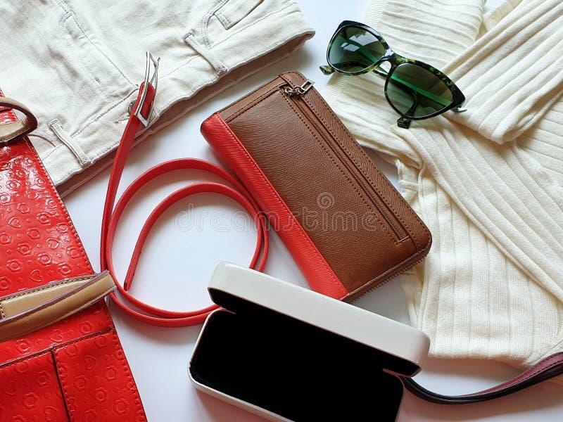 Kobiet akcesoriów Rzemiennych rękawiczek odzieżowi biali cajgi zielenieją czarnego sunglass kiesy czerwonego portfla bluzy i cajg obrazy royalty free