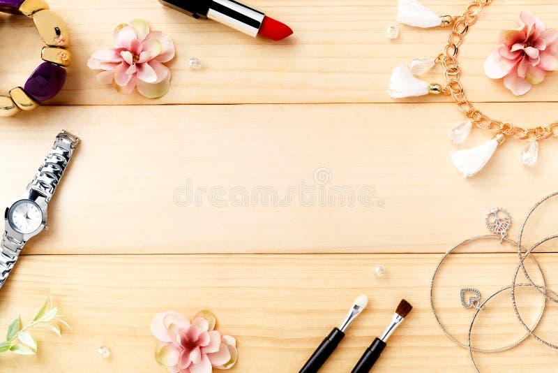 Kobiet akcesoria z Drewnianym tłem Odgórny widok obraz royalty free