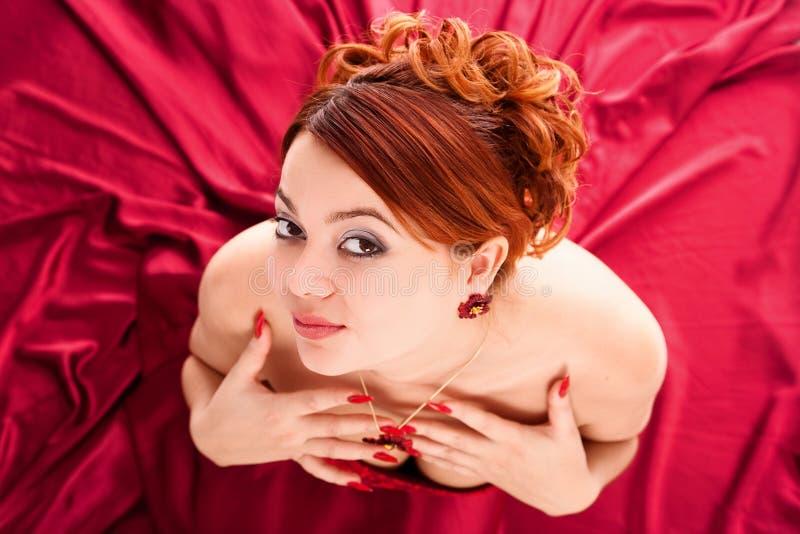 kobiet atrakcyjni smokingowi czerwoni potomstwa obraz stock
