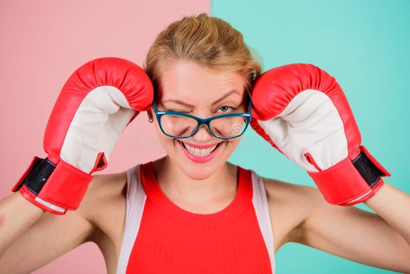 Kobiet bokserskie rękawiczki przystosowywają eyeglasses Wygrana z siłą lub intelektem Silny intelekta zwycięstwa przyrzeczenie Zn zdjęcie stock