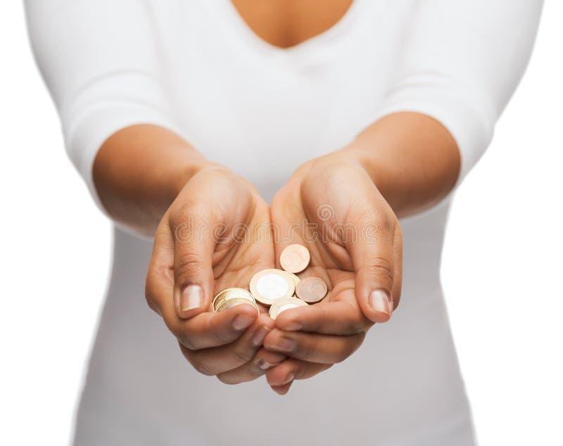 Kobiet cupped ręki pokazuje euro monety obrazy royalty free