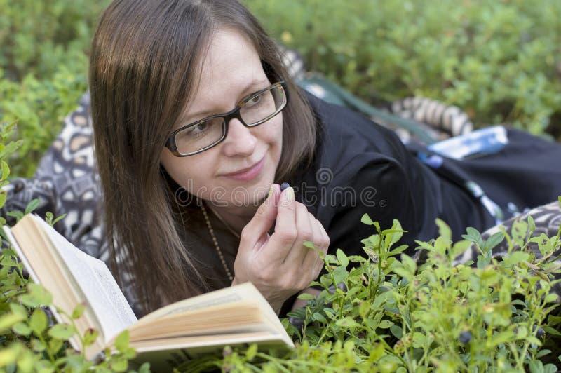 Kobiet Czytelnicze książki fotografia royalty free