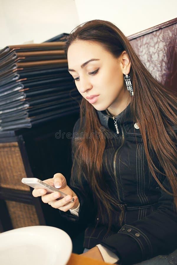 Kobiet czytelniczy sms zdjęcia stock