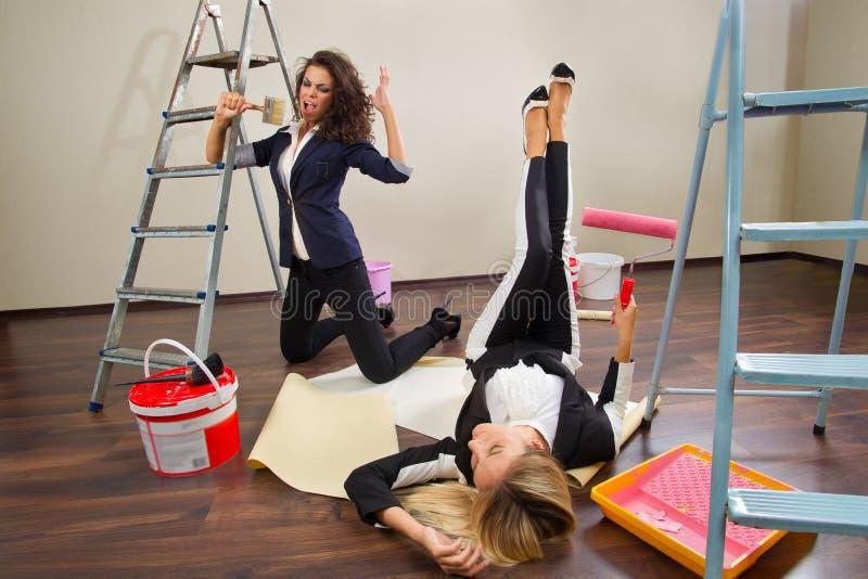 Download Kobiet Decorators Pozuje Z Ich Wyposażeniem Obraz Stock - Obraz złożonej z przemodelowywa, naprawa: 28967699