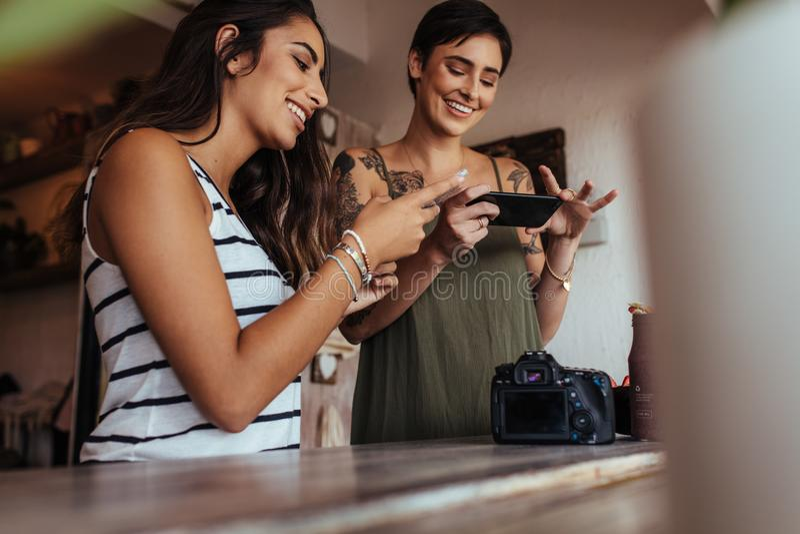 Kobiet karmowi bloggers bierze obrazki karmowy materiał zdjęcia stock