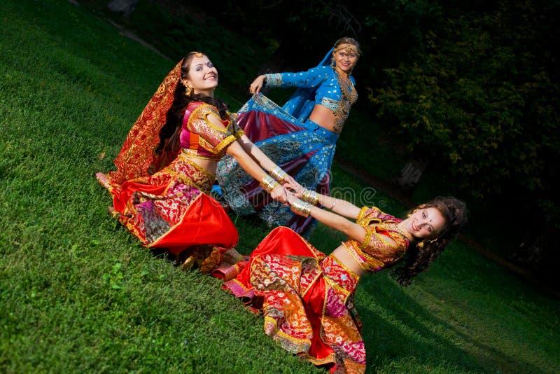 kobiet kostiumowi indyjscy tradycyjni potomstwa zdjęcie stock