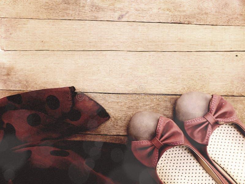 Kobiet mieszkań buty i dama szalik na przestrzeni kopii drewnianym tle obraz stock