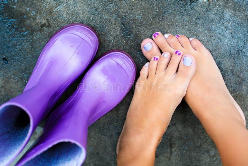 Kobiet nogi obok kolorowych butów obraz stock