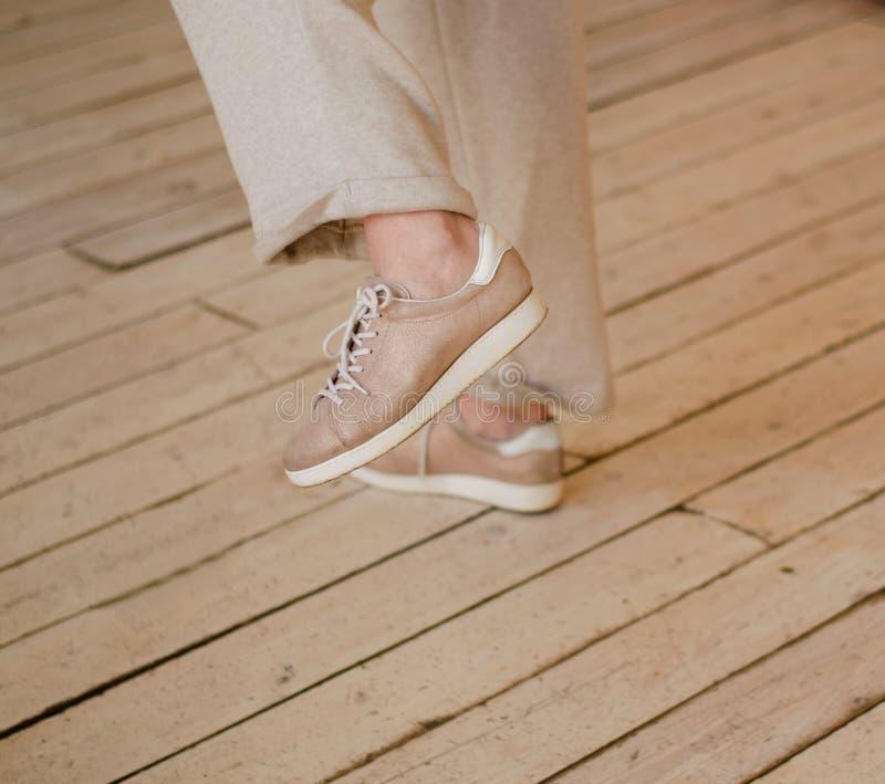 Kobiet nogi w beżowych spodniach Tanczący, delikatna fotografia fotografia stock
