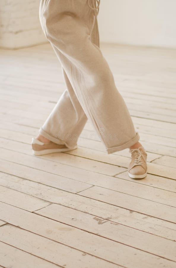 Kobiet nogi w beżowych spodniach Tanczący, delikatna fotografia obraz stock