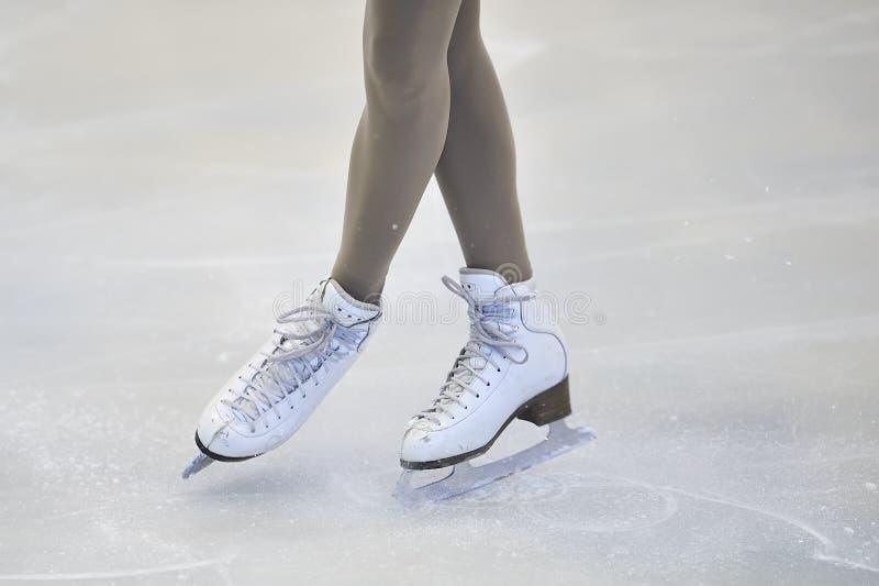 Kobiet nogi w Białych Lodowych łyżwach obrazy royalty free