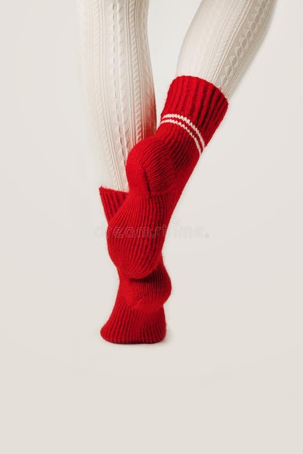 Kobiet nogi w białych pończochach i czerwonych dzianin skarpetach fotografia royalty free