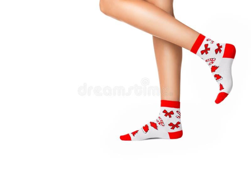Kobiet nogi w Bożenarodzeniowych skarpetach fotografia stock