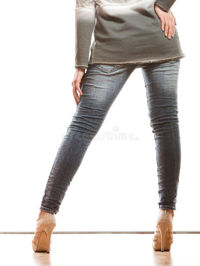 Kobiet nogi w drelichowych spodniowych szpilki butach obraz royalty free