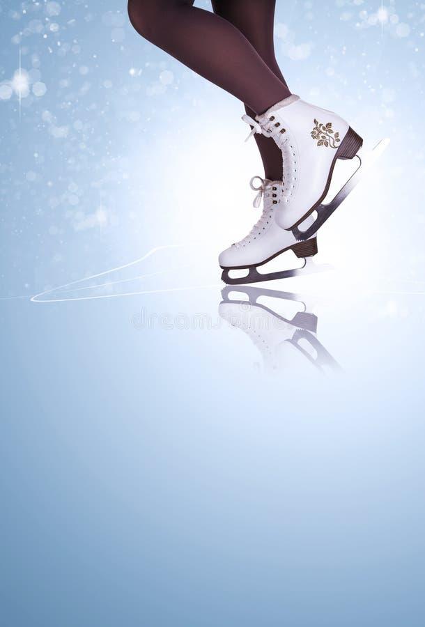 Kobiet nogi w jazda na łyżwach butach zdjęcie stock