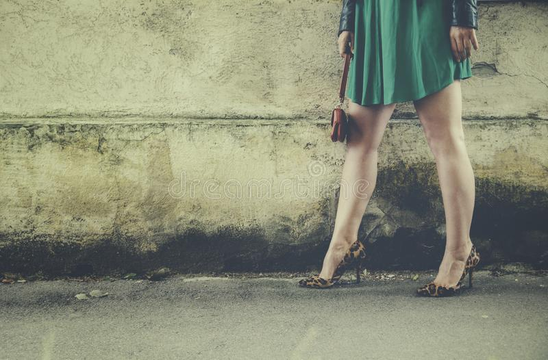 Kobiet nogi w lampart szpilkach zdjęcia stock