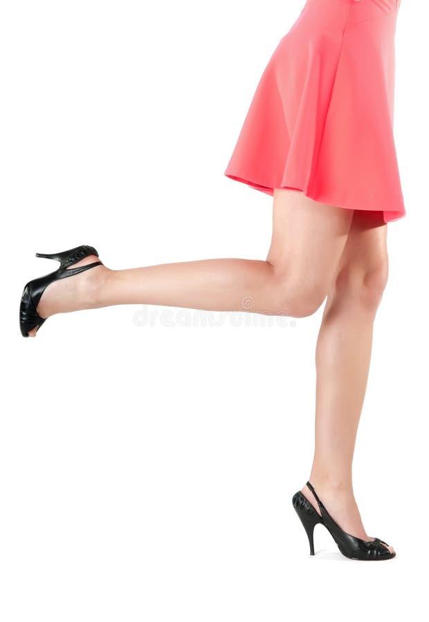 Kobiet nogi w sukni i szpilkach zdjęcia royalty free