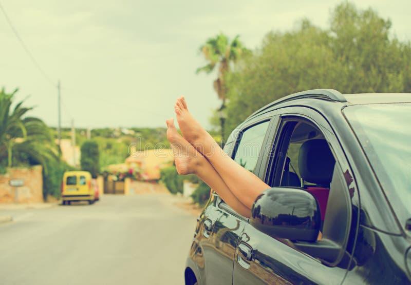 Kobiet nogi z samochodowego okno zdjęcie royalty free