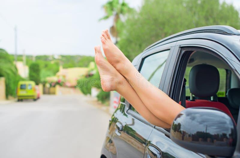 Kobiet nogi z samochodu zdjęcia royalty free