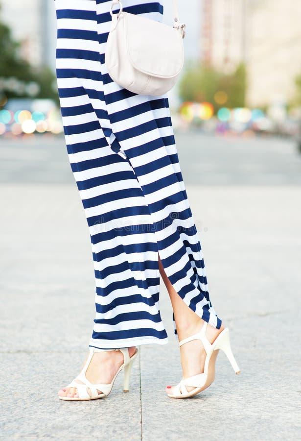 Kobiet nogi z torbą obraz stock
