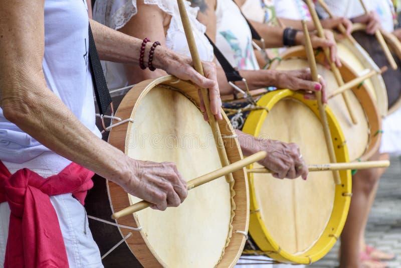 Kobiet percussionists bawić się bębeny podczas ludowego samba występu obraz royalty free