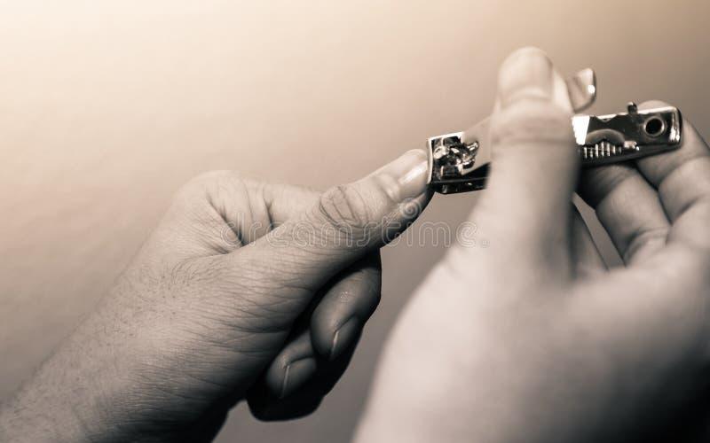 Kobiet piękne ręki używać gwoździa krajacza dla rżniętych paznokci na c obraz royalty free