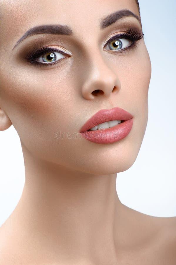 kobiet piękni target799_0_ pracowniani potomstwa zdjęcia stock