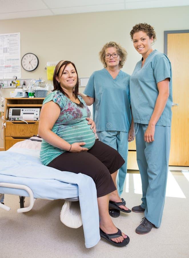 Kobiet pielęgniarki Z kobieta w ciąży W sala szpitalnej fotografia royalty free