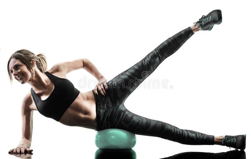 Kobiet pilates sprawno?ci fizycznej mi?kka pi?ka ?wiczy sylwetk? zdjęcie royalty free
