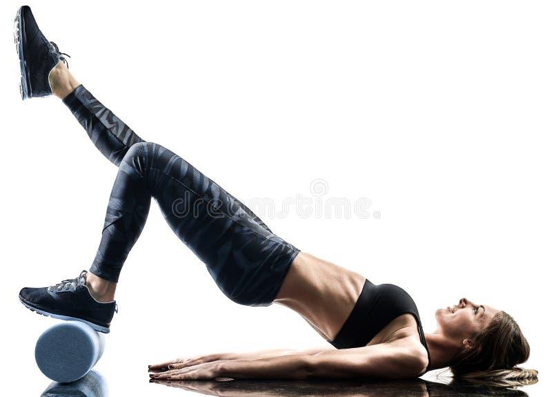Kobiet pilates sprawności fizycznej piany rolownik ćwiczy sylwetkę odizolowywającą obraz royalty free