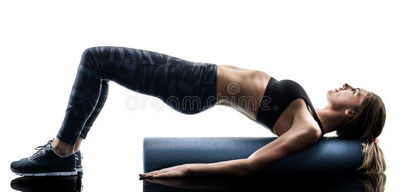 Kobiet pilates sprawno?ci fizycznej piany rolownik ?wiczy sylwetk? obrazy stock
