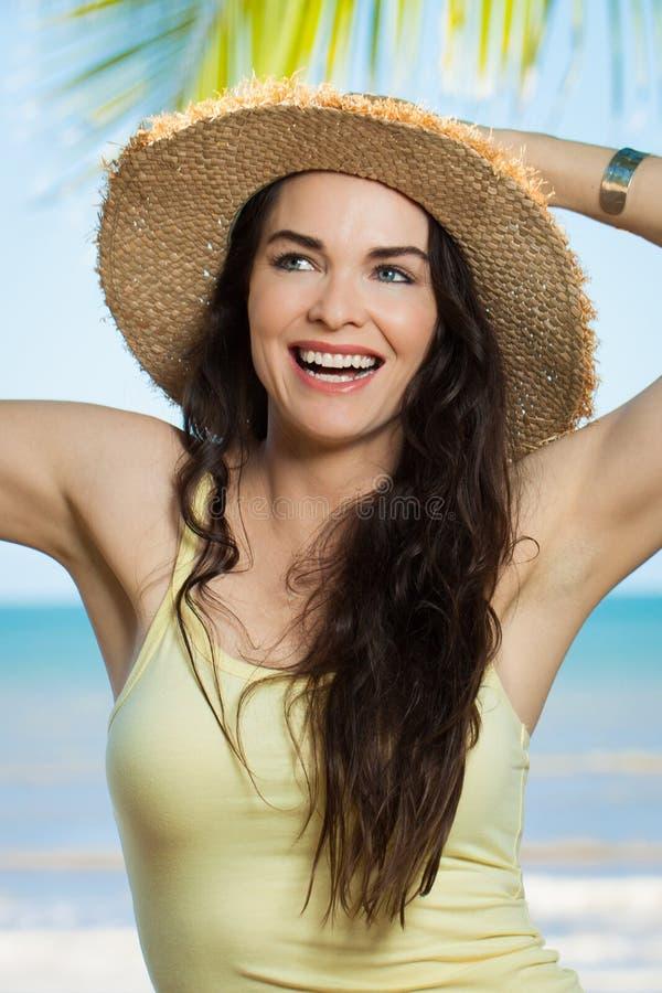 kobiet plażowi piękni szczęśliwi potomstwa zdjęcie stock