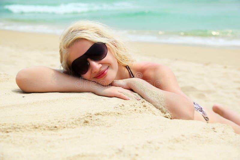 kobiet plażowi relaksujący potomstwa obraz royalty free