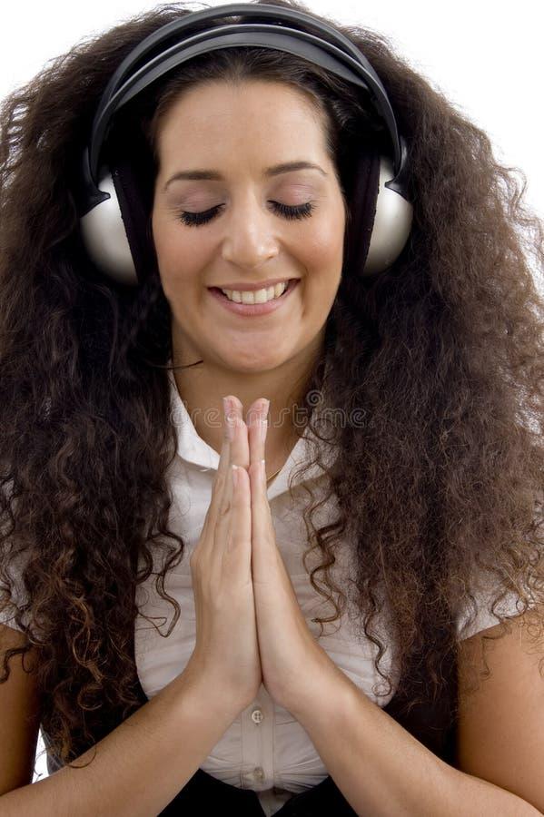kobiet potomstwa słuchający muzyczny modlenie fotografia royalty free