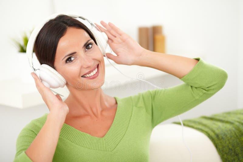 Download Kobiet Potomstwa Szczęśliwa Słuchająca Muzyka Obraz Stock - Obraz złożonej z potomstwa, kobieta: 53791859