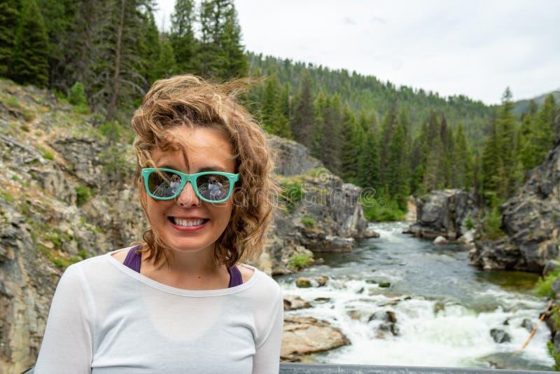 Kobiet pozy kindżałem Spadają siklawa w Idaho w łososia lesie państwowym obrazy royalty free