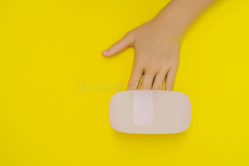 Kobiet ręk opieka Robiący manikiur gwoździe w ULTRAFIOLETOWEJ lampie Promienia lekarstwa gel połysk Mały gwoździa manicure'u i sz zdjęcia royalty free