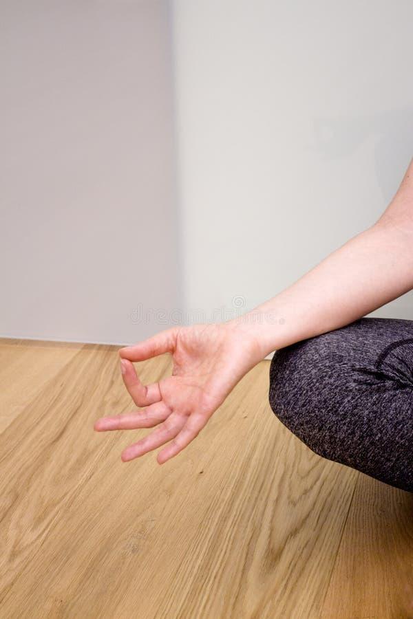 Kobiet ręki ćwiczy joga i medytacj pozycje obrazy stock