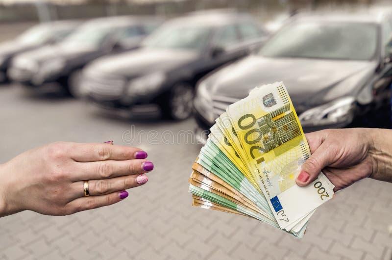 Kobiet ręki bierze euro banknoty i daje obraz stock