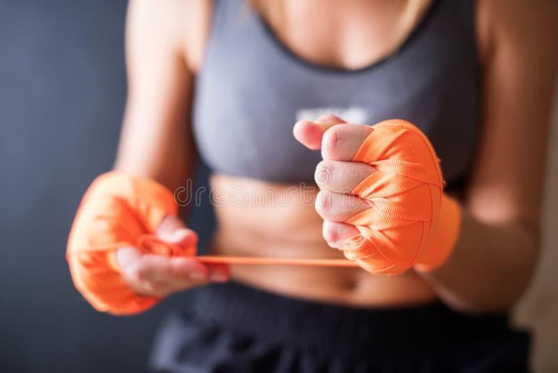 Kobiet ręki Jest ubranym Boksujący bandaż obraz stock