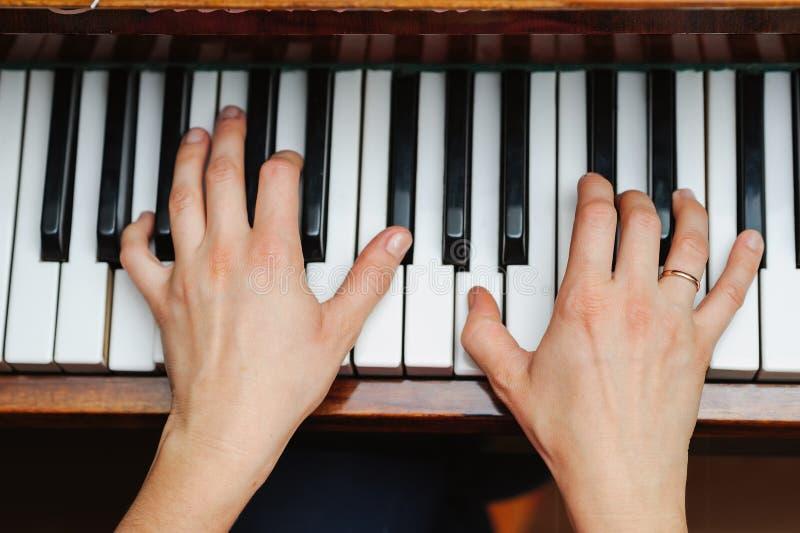 Kobiet ręki na pianino kluczu fotografia stock
