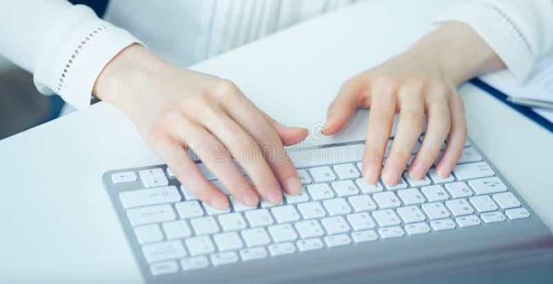 Kobiet ręki pisać na maszynie na komputer stacjonarny klawiaturze fotografia royalty free