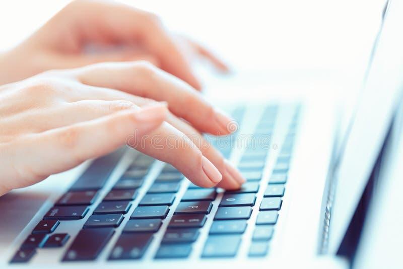 Kobiet ręki pisać na maszynie na klawiaturze obraz stock