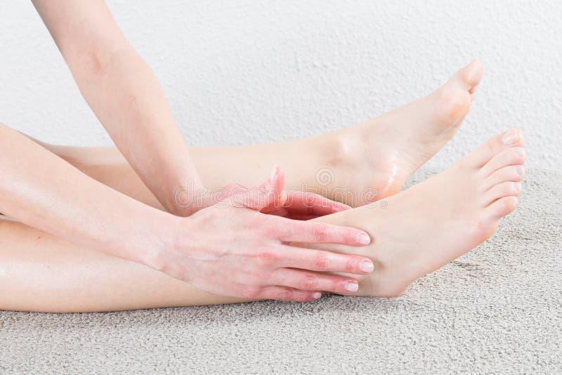 Kobiet ręki robi nożnemu masażowi fotografia royalty free